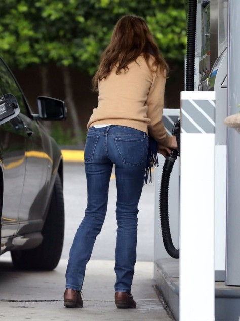 Natalie Portman - at a gas station in Los Feliz 2/5/13